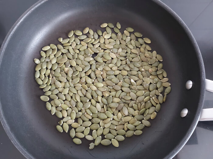 Tostar semillas en sarten