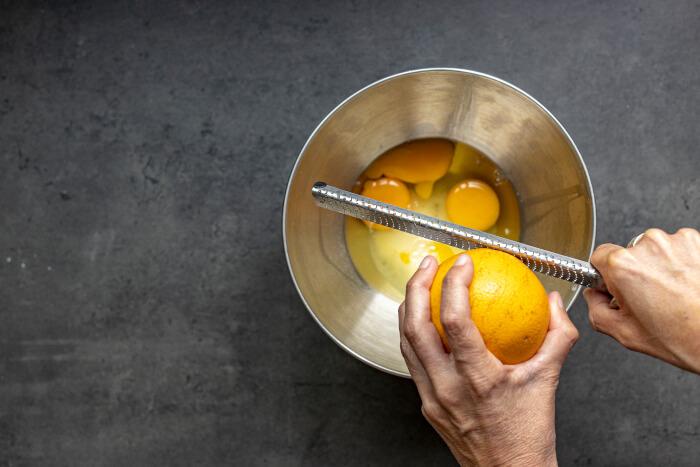 Ralla la naranja sobre los huevos