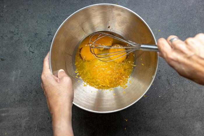 Bate los huevos hasta que queden espumosos