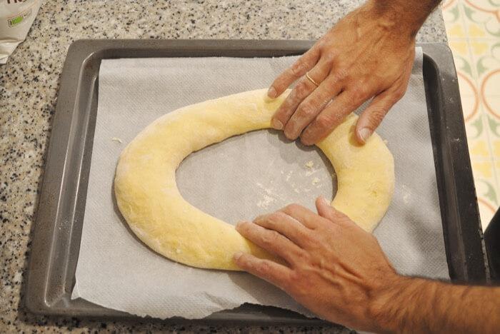 Formar una rosca con las manos ligeramente enharinadas