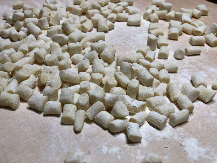 Corta en trozos y echa un poco de harina para que no se peguen los ñoquis