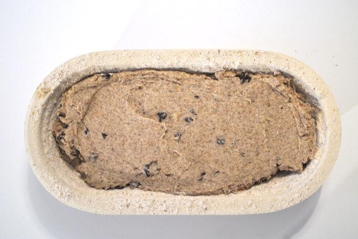 Coloca la masa de centeno en un banetón bien enharinado, tapa y deja fermentar