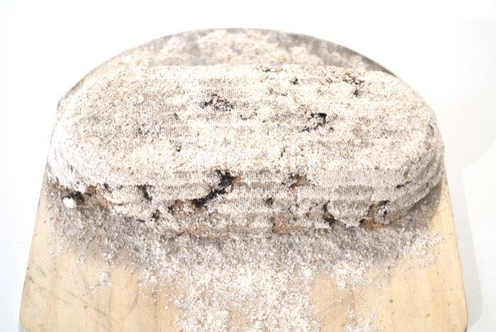 Pan listo para hornear colocado sobre una pala