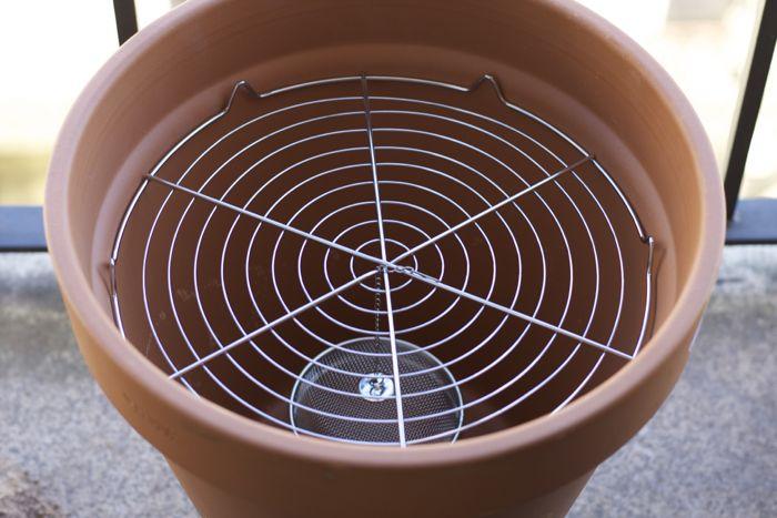 Ahumador casero con maceta: colocación de la rejilla