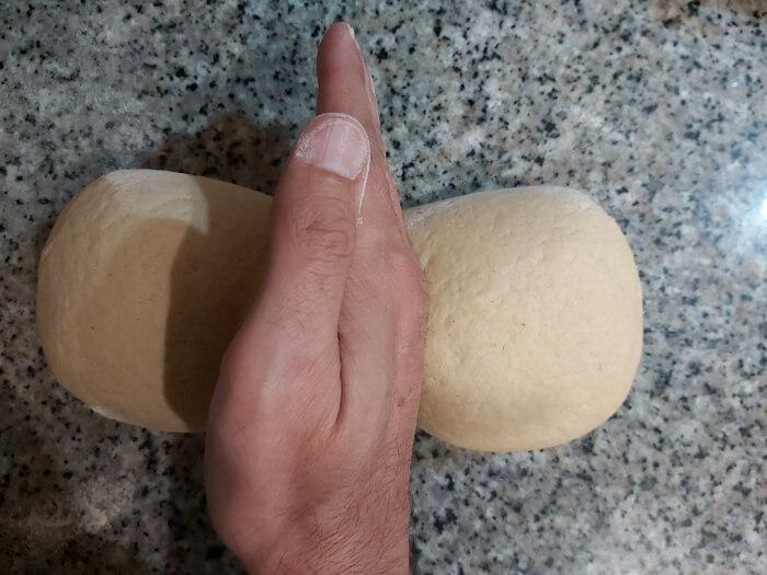 Separa dos trozos de masa con el canto de la mano