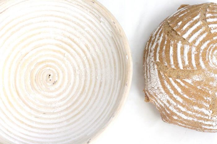 Cómo usar un banneton para hacer pan con espirales en la corteza