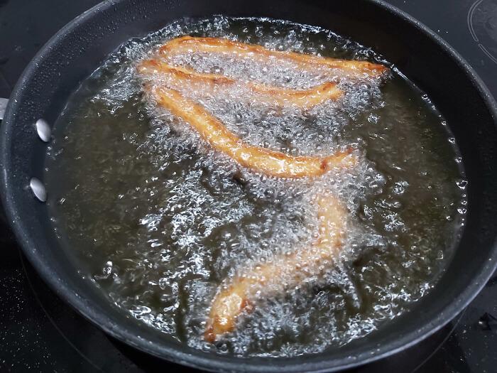 Fríe los churros en abundante aceite