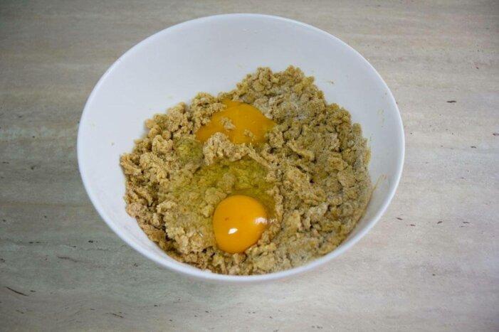 Añade el huevo a la masa