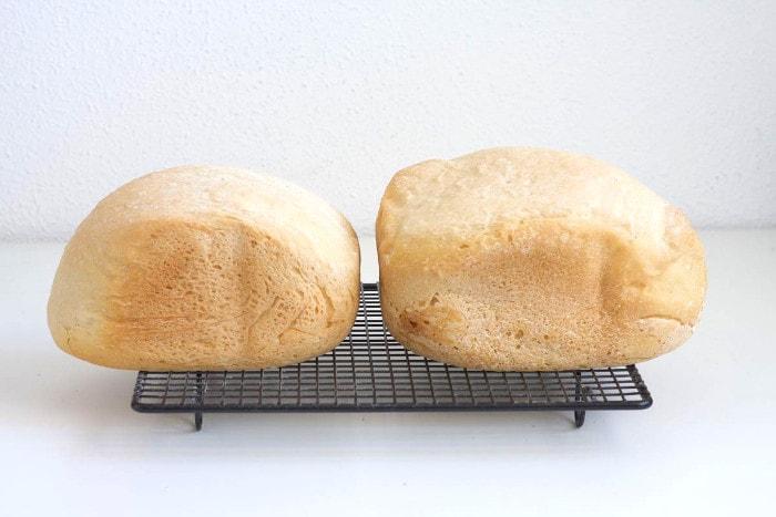 El pan de la derecha, hecho con harina panadera, tiene mayor volumen que el de la izquierda, de harina de fuerza.