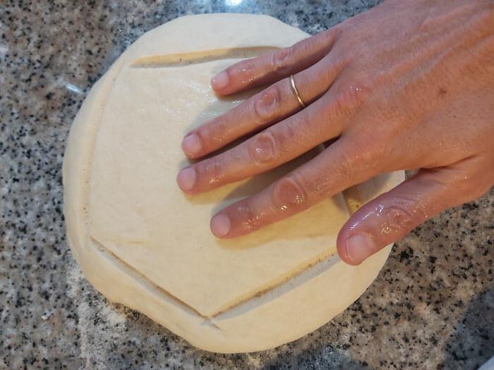 Receta de pan candeal: humedecer la cortez