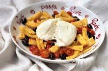 Maccheroni al pettine con pomodorini, olive nere e burrata de @Tesimpasta