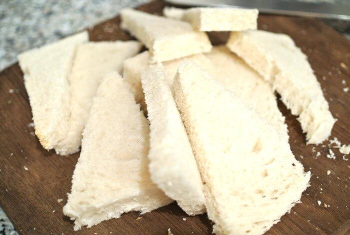 triángulos de pan sin corteza para forrar el molde.