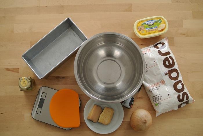 utensilios e ingredientes necesarios para hacer pan de queso y cebolla