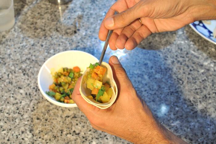 rellena la masa de samosa sin llegar hasta el borde