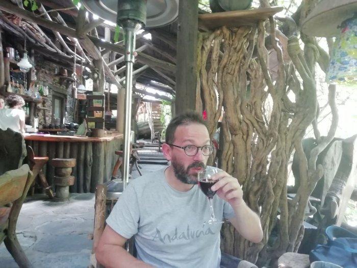 Aquí Rodrigo,  trabajando otra faceta importante de El Amasadero: beber vino.