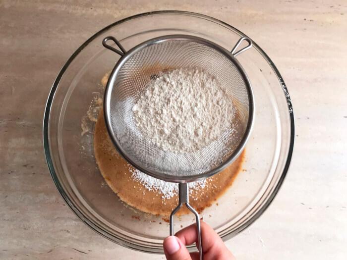 Tamiza la harina sobre la masa del bizcocho