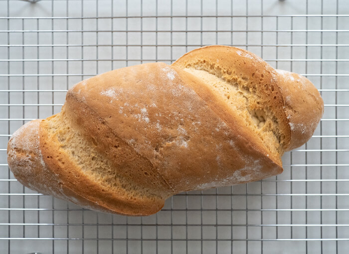 Deja enfriar el pan sobre una rejilla